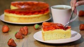 Consommation d'un gâteau de fraise de morceau avec la gelée clips vidéos