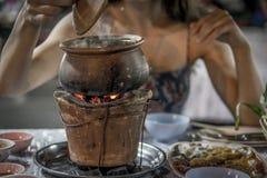 Consommation d'un pot chaud Images libres de droits