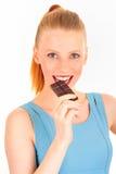 Consommation d'une femme de barre de chocolat Photos stock