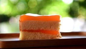 Consommation d'une tranche de gâteau orange clips vidéos