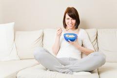 consommation de céréale de petit déjeuner Images libres de droits