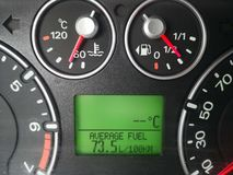 Consommation de carburant ?lev?e de voiture images stock