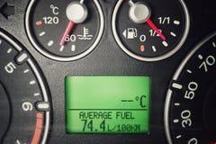 Consommation de carburant ?lev?e de voiture image stock
