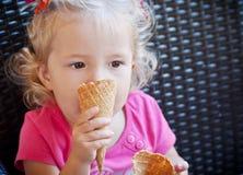 Consommation de fille d'enfant en bas âge Image libre de droits
