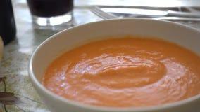 Consommation de Gazpacho avec une cuillère, servie dans une cuvette banque de vidéos