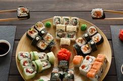 Consommation de l'ensemble de maki et de petits pains de sushi dans resaturant japonais Photo libre de droits