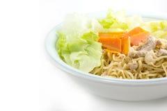 Consommation de la nouille instantanée avec du porc haché Images stock