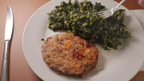 Consommation de la nourriture saine de végétarien ou de vegan, de la vraie aubergine et de l'hamburger végétal de carotte avec de banque de vidéos