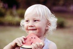 Consommation de la pastèque juteuse photographie stock libre de droits
