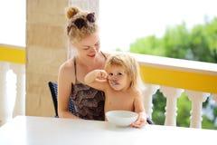 Consommation de mère et de bébé garçon Images stock