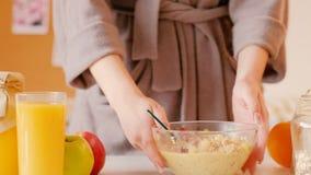 Consommation de muesli de peignoir de femme de petit déjeuner de perte de poids banque de vidéos