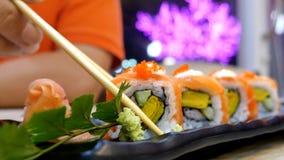 Consommation des petits pains de sushi dans un restaurant Photo libre de droits