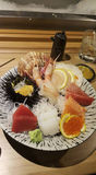 Consommation des petits pains de sushi Restaurant japonais de nourriture Photographie stock libre de droits