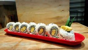 Consommation des petits pains de sushi Restaurant japonais de nourriture Photo libre de droits