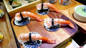 Consommation des petits pains de sushi Restaurant japonais de nourriture Photos libres de droits