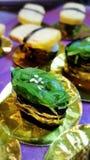 Consommation des petits pains de sushi Restaurant japonais de nourriture Photographie stock