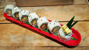 Consommation des petits pains de sushi Restaurant japonais de nourriture Images stock