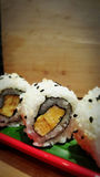 Consommation des petits pains de sushi Restaurant japonais de nourriture photo stock