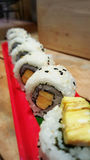 Consommation des petits pains de sushi Restaurant japonais de nourriture Photos stock