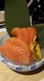 Consommation des petits pains de sushi Restaurant japonais de nourriture Image libre de droits