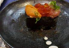 Consommation des petits pains de sushi Restaurant japonais de nourriture Images libres de droits
