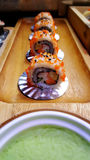 Consommation des petits pains de sushi Restaurant japonais de nourriture Image stock