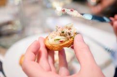 Consommation des rillettes de canard avec du beurre Photographie stock libre de droits