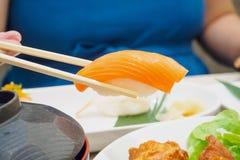 Consommation des sushi, nourriture japonaise images libres de droits