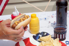 Consommation du 4ème du repas de hot dog de juillet Photos stock