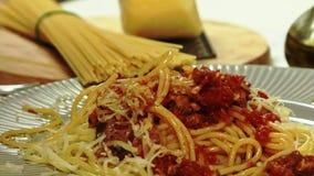Consommation du Bolonais de spaghetti dans la cuisine banque de vidéos