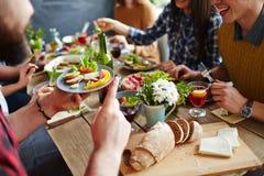 Consommation du dîner Image stock