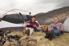 Consommation du dîner au camping Image stock