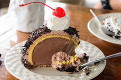 Consommation du gâteau de chocolat au café images stock
