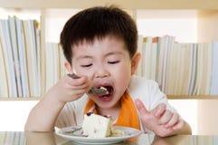 Consommation du gâteau Photos stock