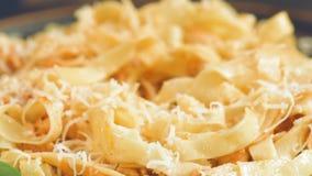 Consommation du plat des pâtes italiennes traditionnelles