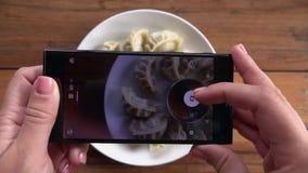 Consommation du plat traditionnel népalais Momo Cuisine authentique au Népal banque de vidéos