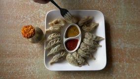 Consommation du plat traditionnel népalais Momo Cuisine authentique au Népal clips vidéos