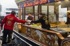 Consommation du sandwich grillé à poissons dans Eminonu Photos stock