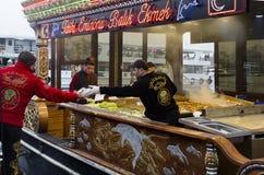 Consommation du sandwich grillé à poissons dans Eminonu Photos libres de droits