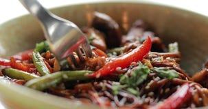 Consommation du soba de sarrasin avec des légumes et des champignons, macro vidéo banque de vidéos