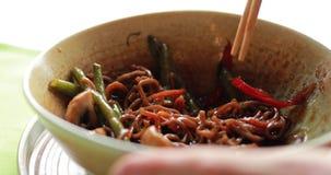 Consommation du soba de sarrasin avec le veau et les légumes, macro vidéo clips vidéos