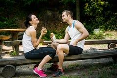 Consommation ensemble - des couples après la formation de sport Photos stock