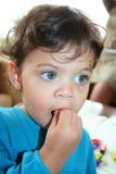 Consommation mignonne d'enfant photo libre de droits