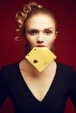Consommation saine Concept de nourriture Portrait de style bohème de femme avec du fromage Photos stock
