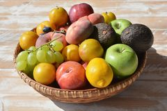 Consommation saine d'été Les fruits ont empilé haut dans un panier photo stock