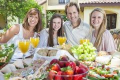 Consommation saine de famille d'enfants de parents à l'extérieur Photo stock