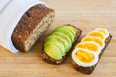 Consommation saine de pain complet Photographie stock libre de droits