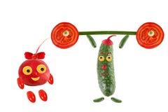 Consommation saine Petites personnes drôles faites de légumes et fruit Photos stock