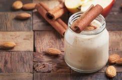 Consommation saine pour la perte de poids : smoothie des pommes, de la banane, des amandes et de la cannelle rouges, foyer sélect photographie stock libre de droits