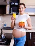 Consommation saine pour le femme enceinte images stock